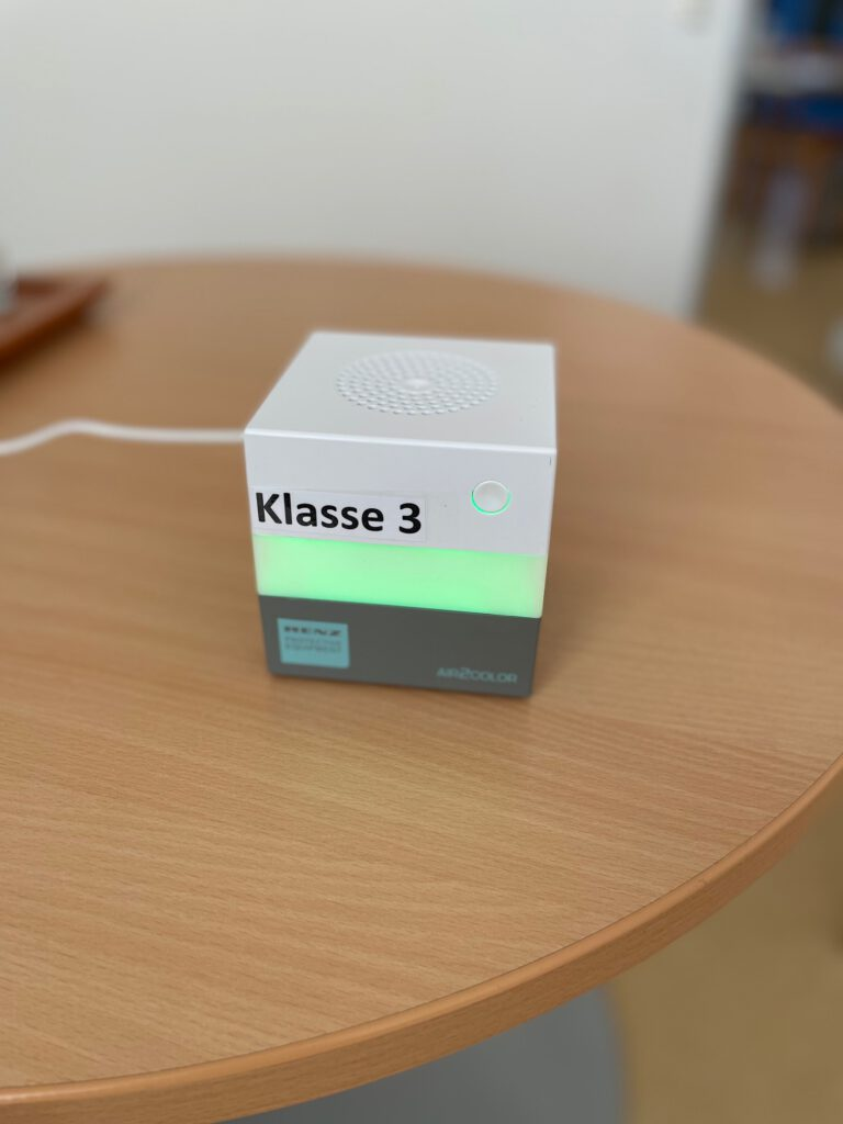 eine grün leuchtende Sauerstoffampel auf einem Tisch