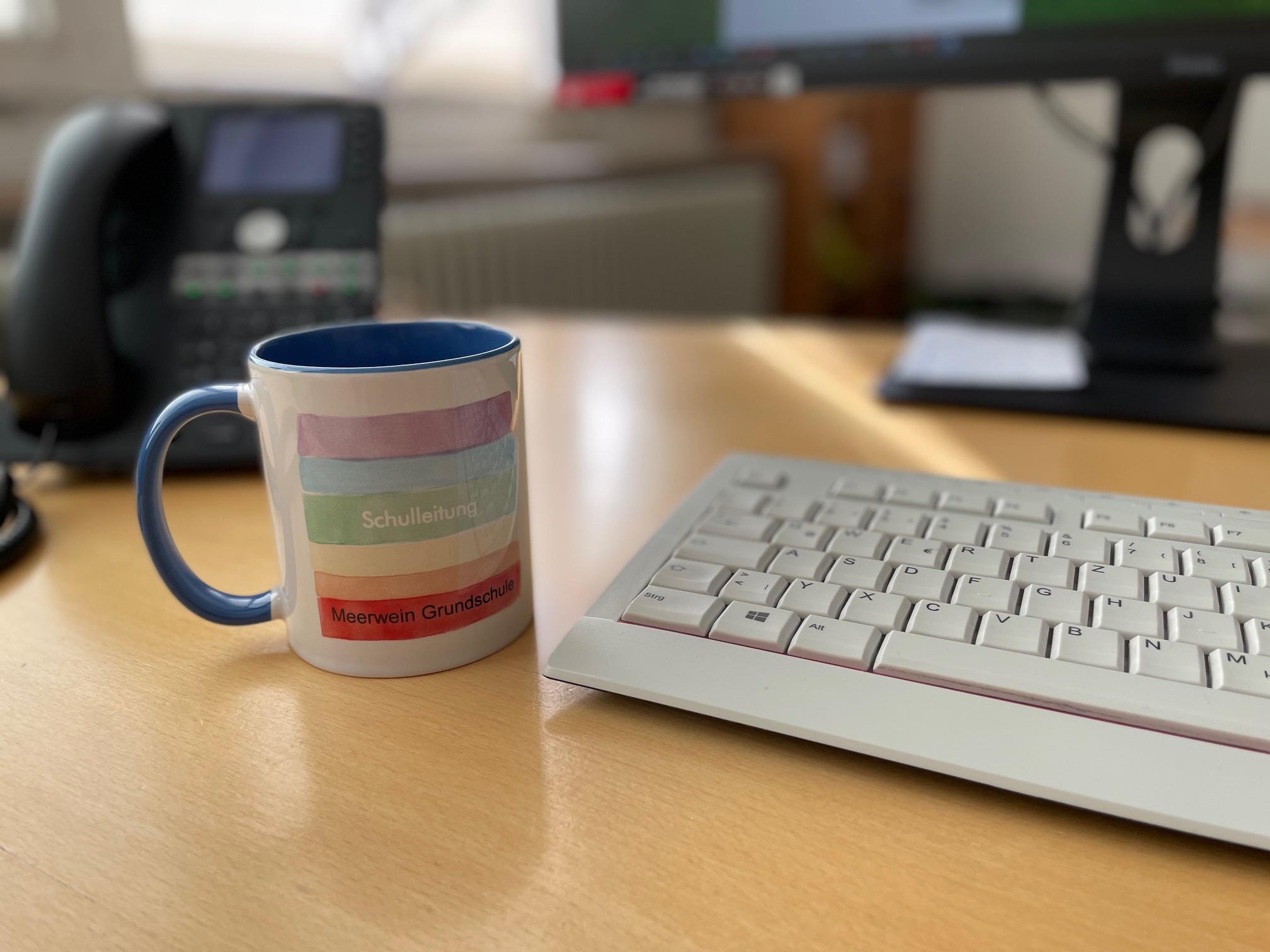 dekoratives Bild einer Tasse mit dem Schriftaufzug